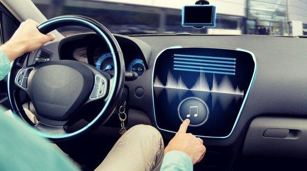 escuchar musica en el auto